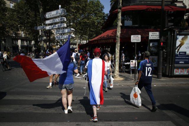 الجماهير الفرنسية فى باريس