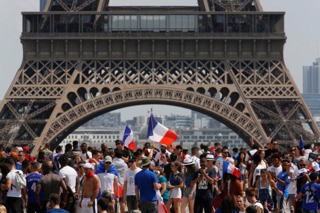الجماهير الفرنسية تملأ باريس لمؤازرة الديوك من تحت برج إيفل