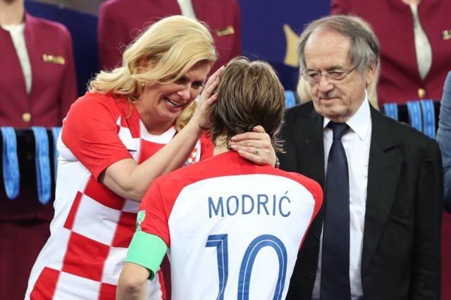 رئيسة كرواتيا تواسى مودريتش