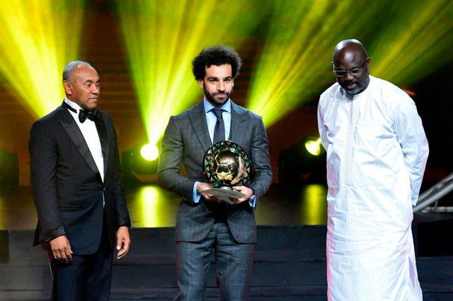 محمد صلاح مع رئيس الكاف وجورج ويا