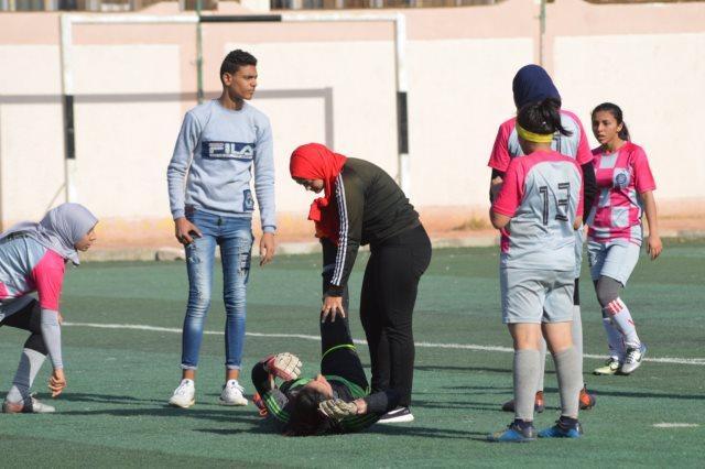 شقيق لاعبة يقتحم مباراة للكرة النسائية