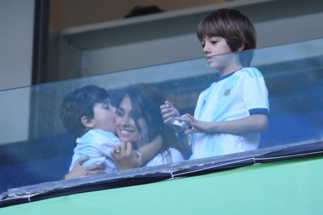 زوجة ميسي مع ابنها ماتيو