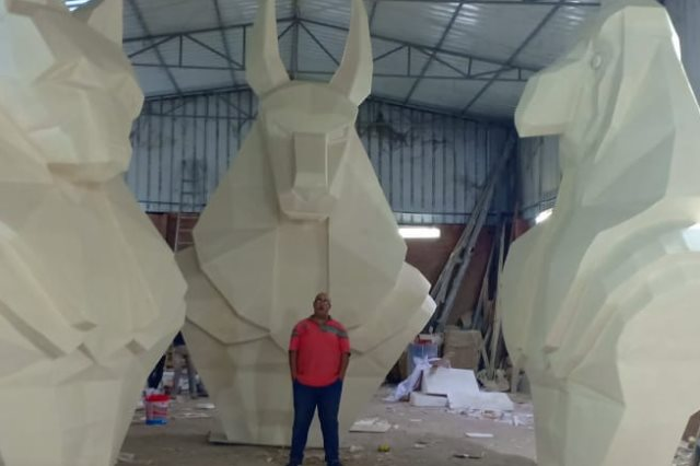 المهندس حازم تركى المسؤول عن تصميم وتنفيذ التماثيل الأربعة