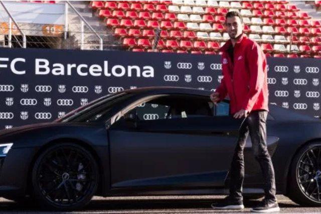 بوسكيتس مع سيارته الالمانية