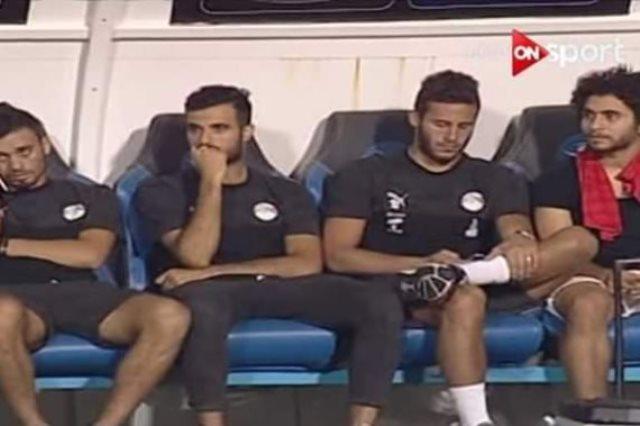 رمضان صبحى يستخم الموبايل على دكة المنتخب الاولمبى