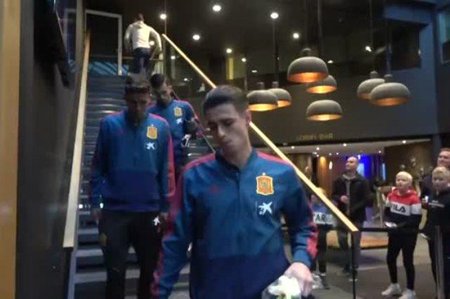 النرويج ضد اسبانيا .. لاعبو الماتادور يوقعون على الهدايا التذكارية  - سوبر كورة