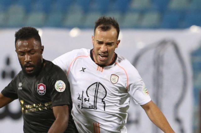 الدولي الجزائري جمال بلعمري، مدافع الفريق الأول لكرة القدم بنادي الشباب،