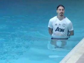 إبراهيموفيتش يسير على قدميه في حوض سباحة رغم الإصابة