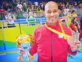 صبري البرعي لاعب منتخب مصر للكرة الطائرة جلوس