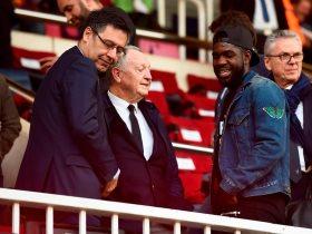 أومتيتى مع بارتوميو رئيس برشلونة