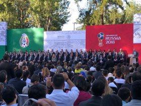 صورة تذكارية لرئيس المكسيك مع منتخب بلاده