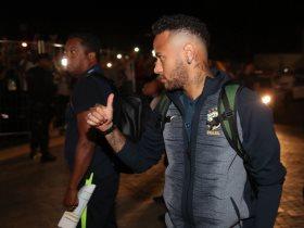 نيمار لحظة وصوله مع البرازيل إلى مدينة سامارا