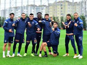 كريم حافظ مع لاعبى باشاك شهير