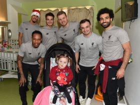 محمد صلاح يشارك لاعبى ليفربول زيارة خيرية لأحد مستشفيات الأطفال