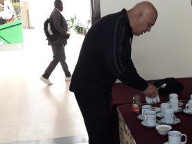 جروس يصنع الشاى والقهوة فى كينيا