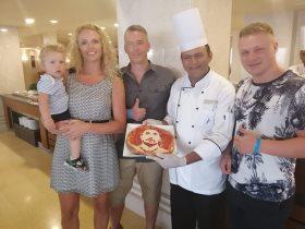 شيف بأحد فنادق الغردقة يصنع بيتزا بصورة تريزيجيه