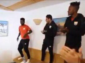 أكرم توفيق يرقص مع أجانب الجونة
