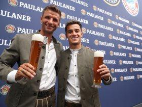 لاعبو البايرن يرتدون الزي التقليدي للبافاري ويمسكون بالخمر