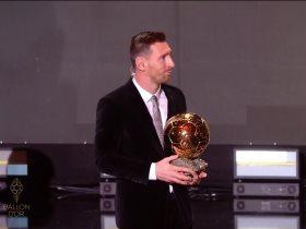 ميسي يحمل الكرة الذهبية