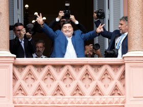 مارادونا يلتقي رئيس الأرجنتين ويرفع نسخة من كأس العالم 1986