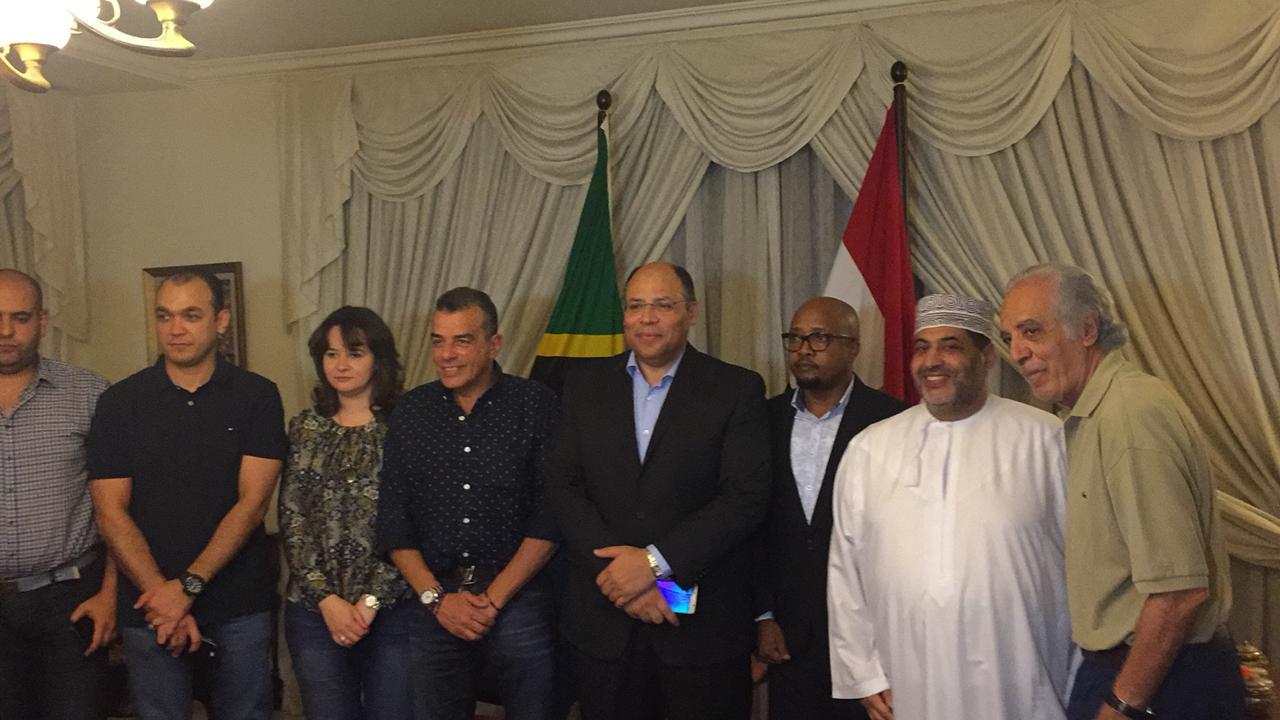 ، سفير مصر في تنزانياو درع وعلم النادي الأهلي (4)