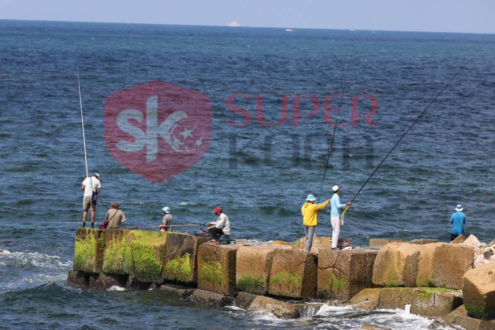 شاطئ الإسكندرية ورياضة الصيد من الجماهير (1)