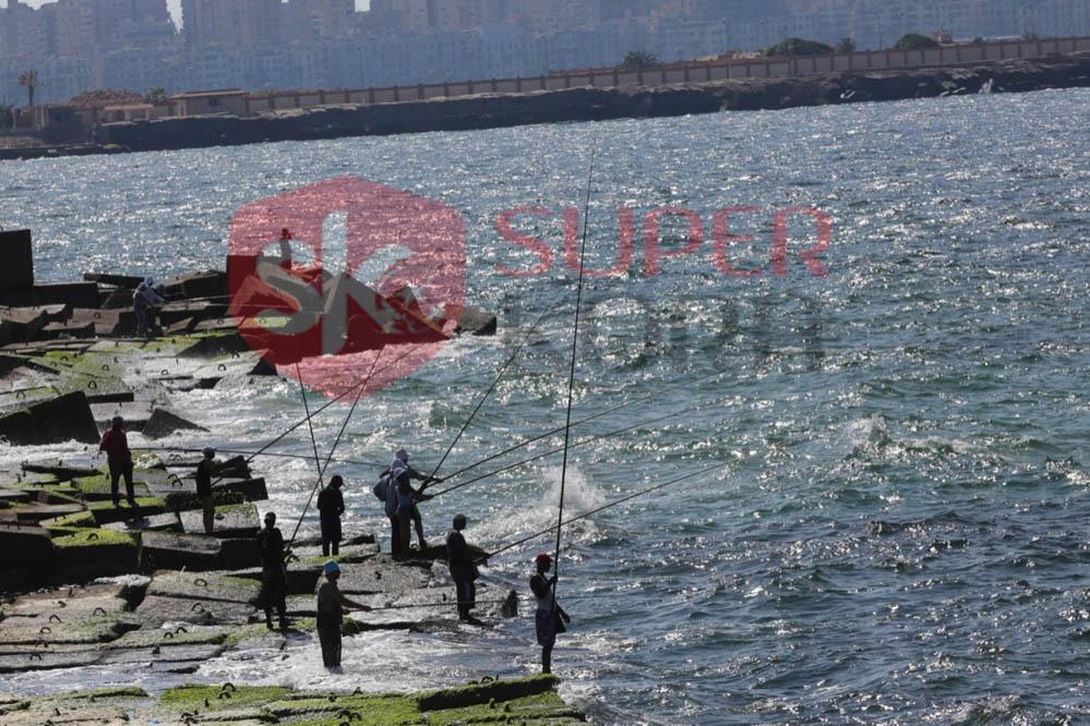 شاطئ الإسكندرية ورياضة الصيد من الجماهير (7)