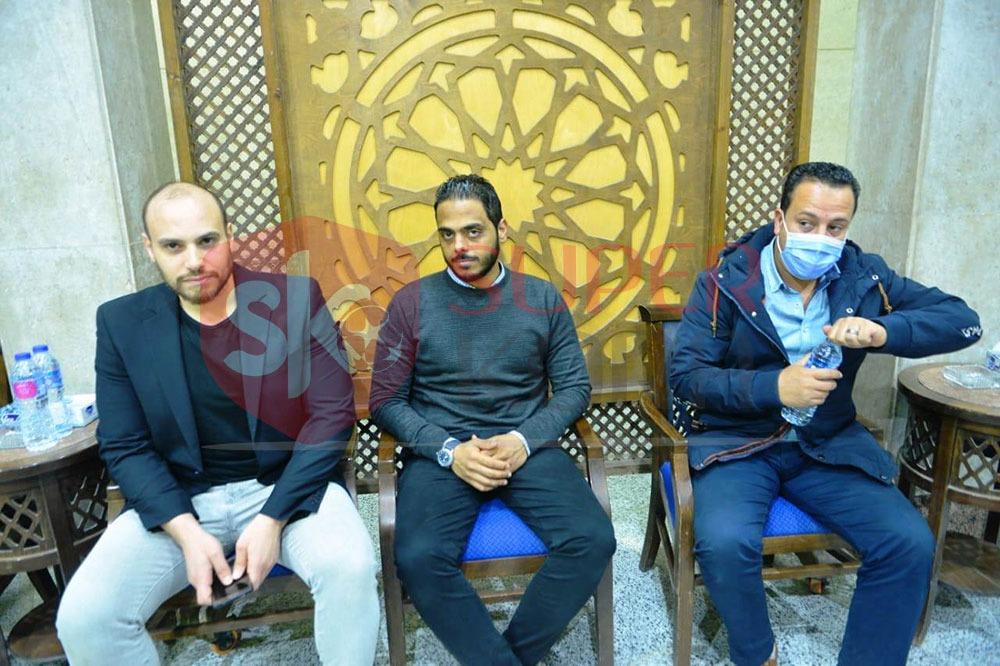 نجوم الرياضة والإعلام يشاركون في عزاء والد عمرو ذكي (9)