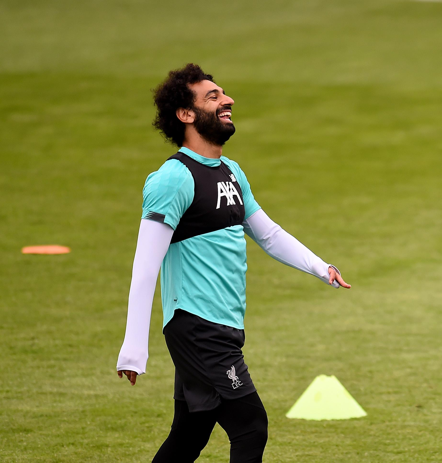 عدسات المصورين تطارد محمد صلاح في تدريبات ليفربول استعدادا لمواجهة السيتي (1)