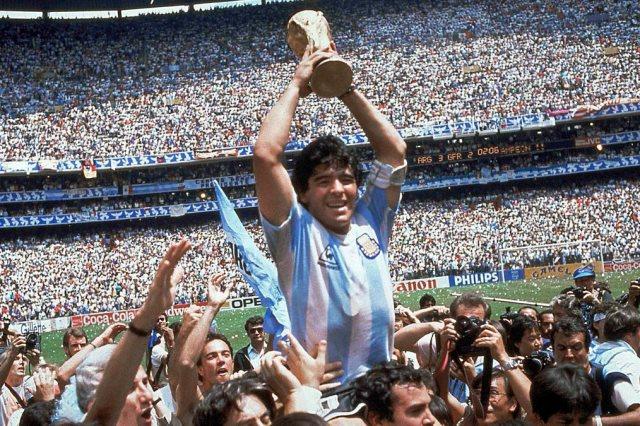 الأسطورة الأرجنتينية دييغو مارادونا