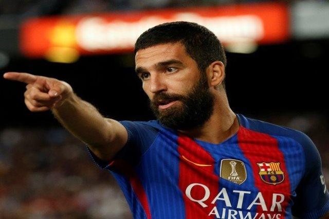 الدولي التركي أردا توران نجم الفريق الأول لكرة القدم بنادي برشلونة الإسباني
