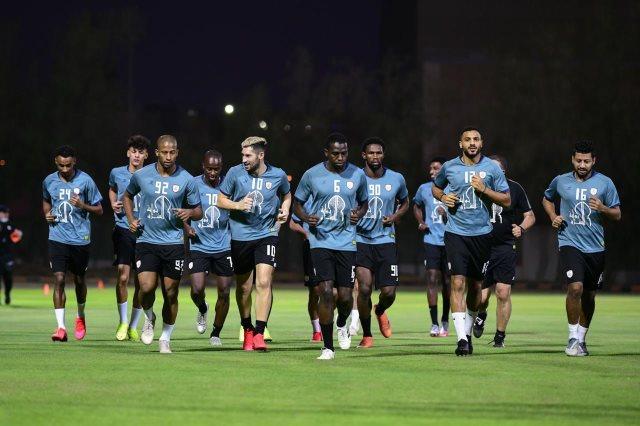 الشباب السعودي يثقف لاعبيه تحكيميا قبل مباراة الوحدة