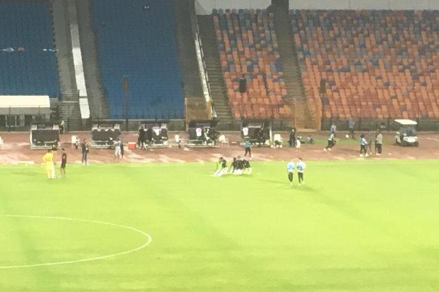 بدلاء الزمالك يؤدون الصلاة في الملعب بين شوطي المقاصة