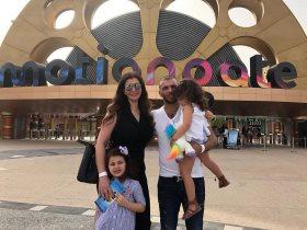 عماد متعب مع زوجته وابنتيه