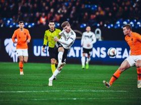 http://www.superkora.football/News/2/116229/هولندا-تقلب-الطاولة-على-ألمانيا-وتتأهل-لمربع-الكبار