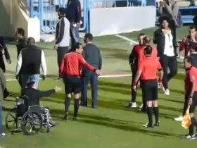 http://www.superkora.football/News/5/132803/مشجع-يحاول-الاعتداء-على-حكام-لقاء-الزمالك-والمقاولون-أثناء-مغادرتهم