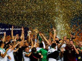 احتفال لاعبو الجزائر بالكأس