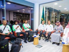 رئيس الهيئة مع لاعبى السعودية