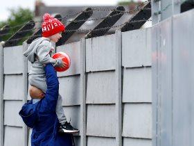 طفل يتابع وصول لاعبي ليفربول الى مركز ميلوود