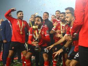 حسين الشحات مع لاعبى الأهلى